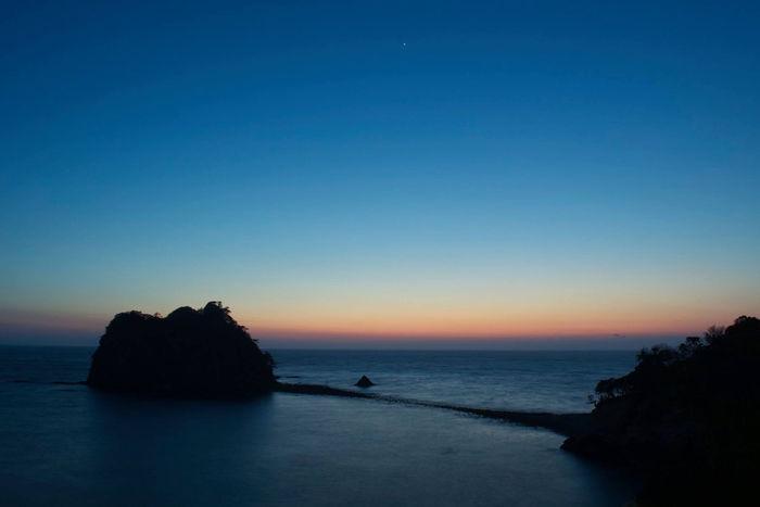 夕暮れ後の三四郎島のへとつながる道