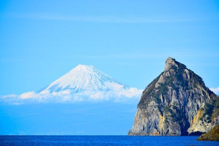 海に浮かぶ堂ヶ島と空に浮かぶ富士山