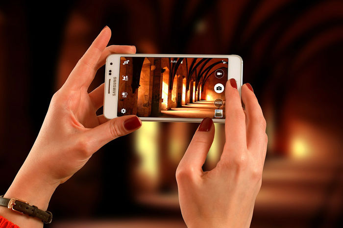 携帯で写真を撮っている様子
