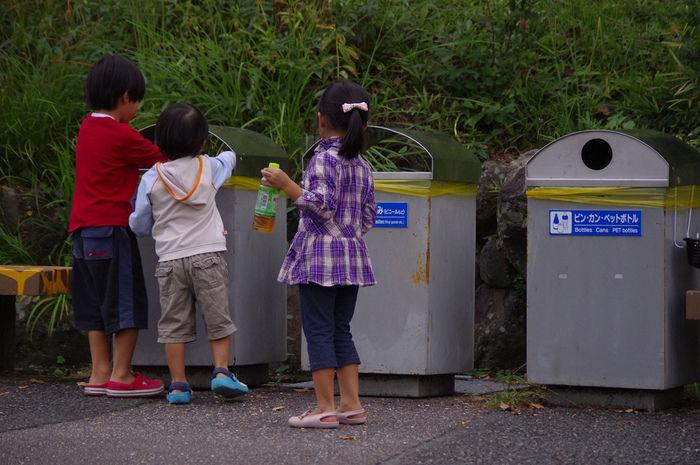 ゴミを分別する子供