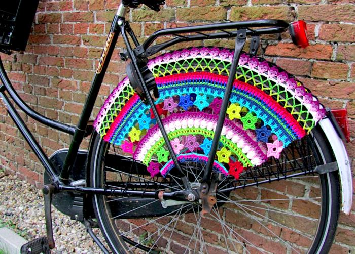 カラフルな車輪カバーをつけた自転車