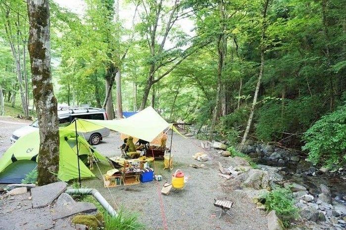 センタービレッジキャンプ場の川辺のキャンプサイト
