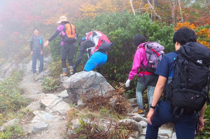 霧がかる登山道の様子