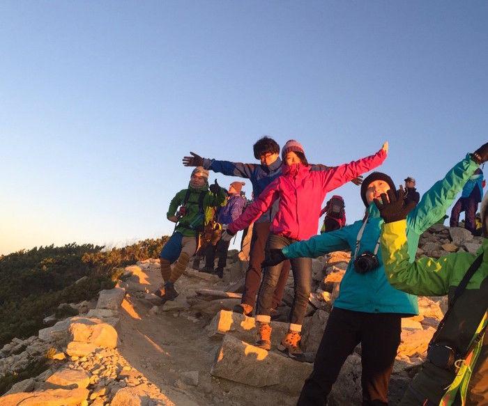 山頂で達成感に満ち溢れるカナコさんたち