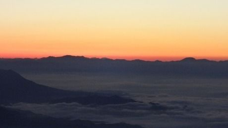 日の出直前の山頂からの景色
