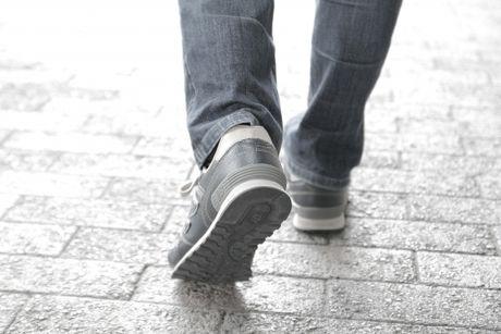 スニーカーで歩く人