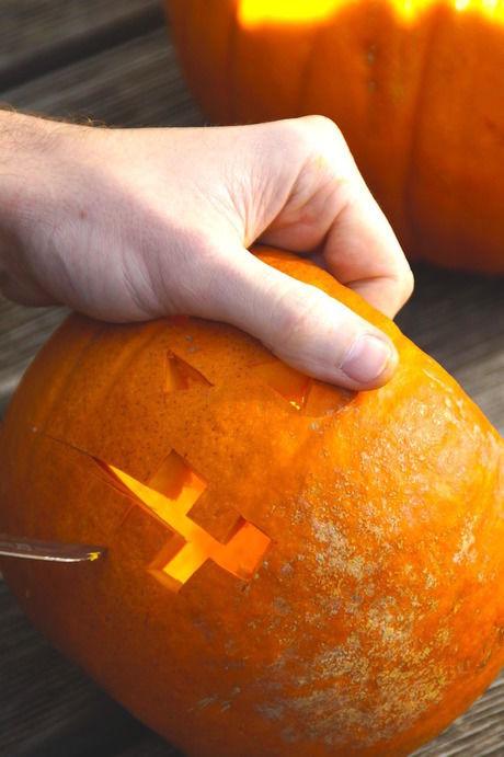 ナイフでかぼちゃを切り抜く様子