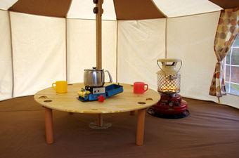テントの中のM.D.Camp Factoryのセンターテーブル