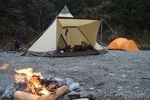 焚き火が燃える冬のキャンプ場