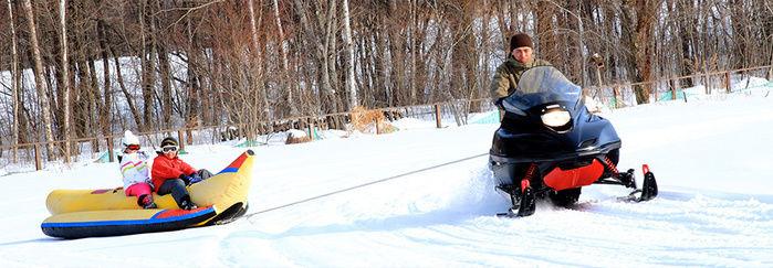 雪山でバナナボートに乗る人々