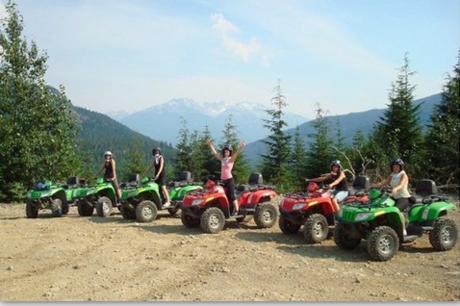 河口湖ATV四輪バギーツアーでATV(4輪バギー)体験をする人々