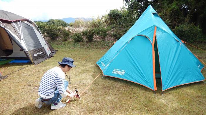 テントを設営する様子