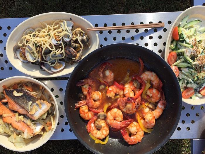 あさりのボンゴレとエビのトマト煮きゅうりと鶏肉のマヨネーズサラダと鮭とキャベツのぽたぽた焼