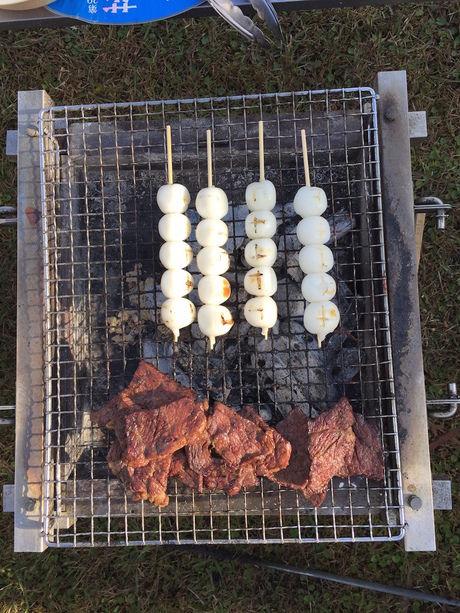 グリルで肉とお団子を焼く様子