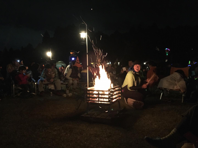 キャンプファイヤーの焚き火台