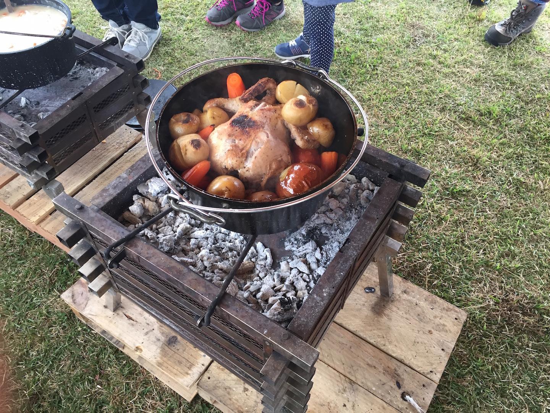 ダッチオーブンでチキンと野菜を焼く様子