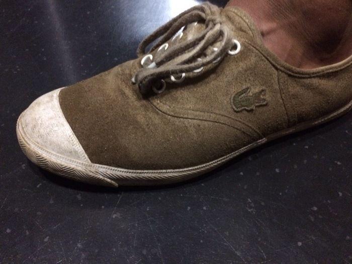 泥で汚れたラコステのスニーカー