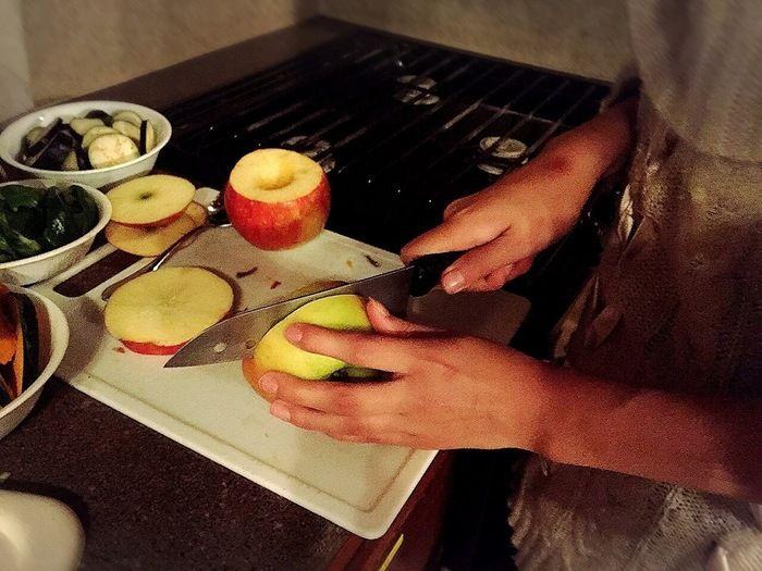 包丁でリンゴを輪切りにしている様子