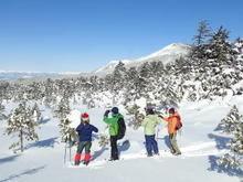 冬の北八ヶ岳からの景色を眺める人々