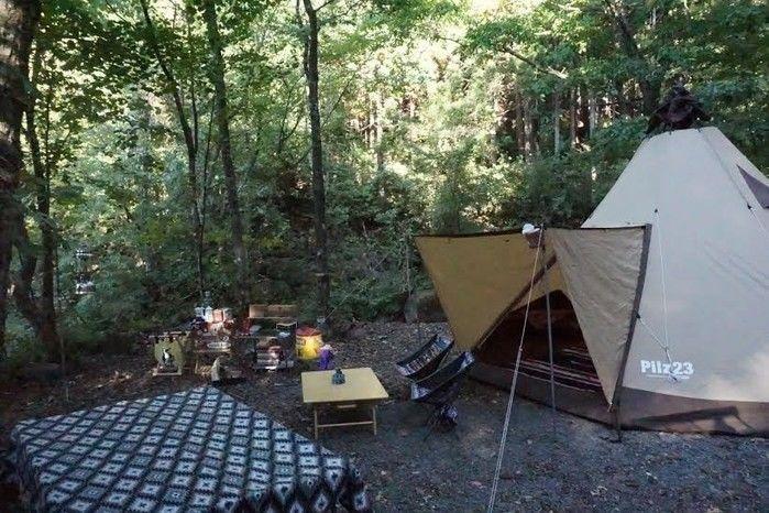 山の中でのキャンプの様子