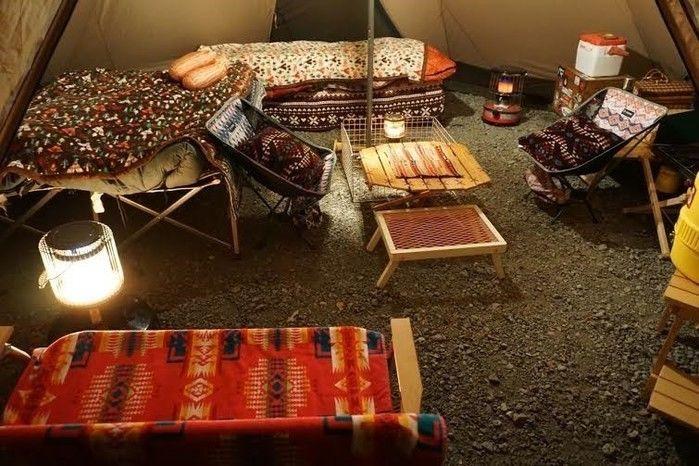ドルトン柄の家具がたくさんあるキャンプ内の様子