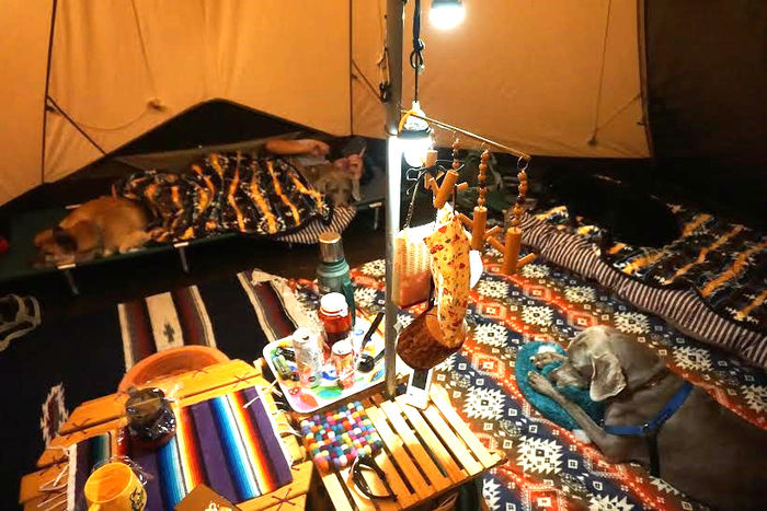 ネイティブ柄の敷物を敷いたテントの中の様子
