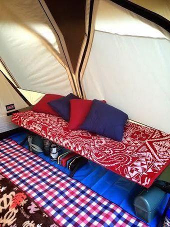 ラグを敷いたテント内