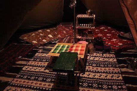 テントの床に敷き詰められたリビングシート