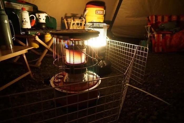 温かみのある炎でテント内を照らす石油ストーブ