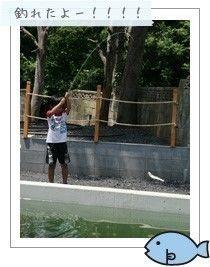 ケニーズファミリービレッジで釣りを楽しむ人