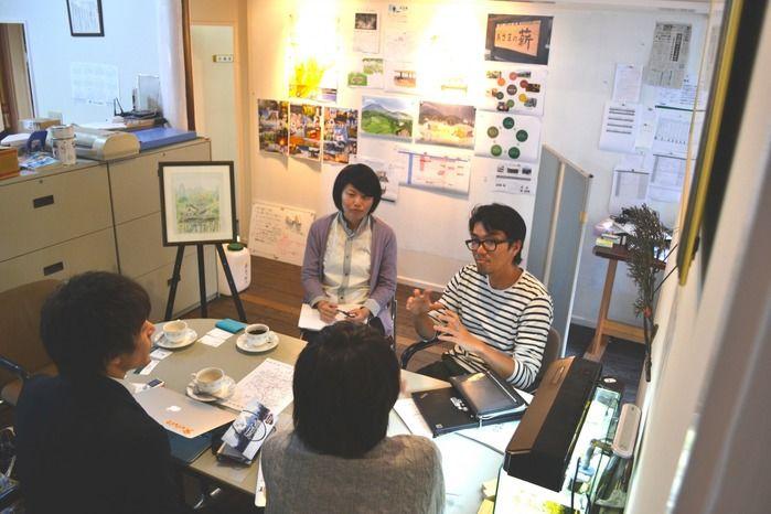 取材を受けるきたもっく有限会社の福嶋淳平さんと、広報担当の木方彩乃さん