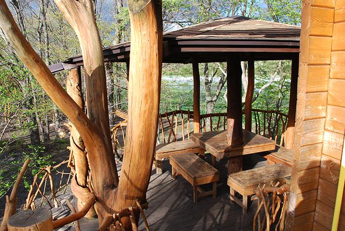 北軽井沢スウィートグラスのツリーハウスのデッキ