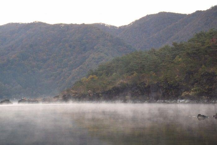 富士西湖に朝もやがかかっている様子