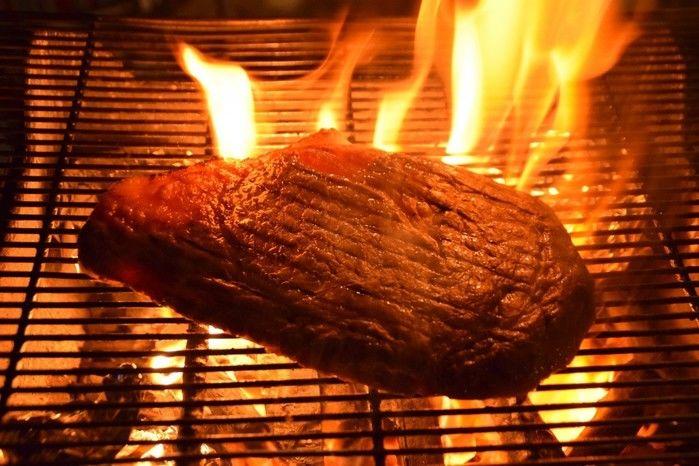 炭火で焼きあがる肉