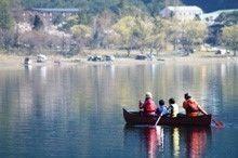 富士西湖でカヌーを楽しむ家族