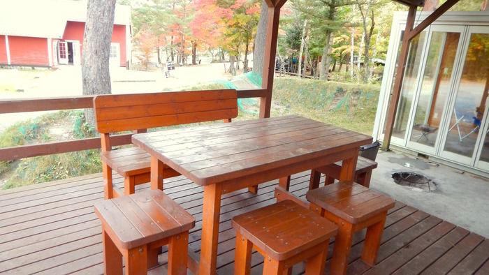 PICA富士西湖のトレーラーハウスのウッドデッキ