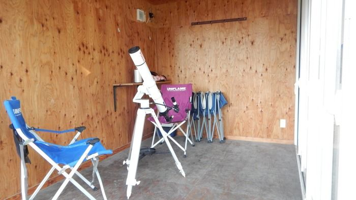 PICA富士西湖のトレーラーハウスのテラスに置かれたチェアと望遠鏡