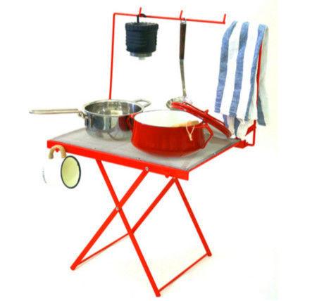 調理器具がかかったWIRE MESHWIDE TABLE