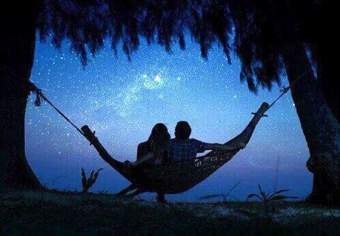 ハンモックに揺られ星空を見る人