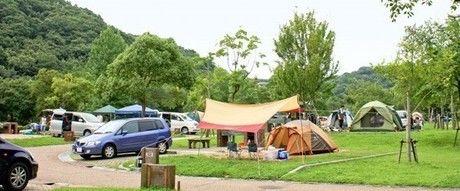 しあわせの村オートキャンプ場でキャンプをする人々