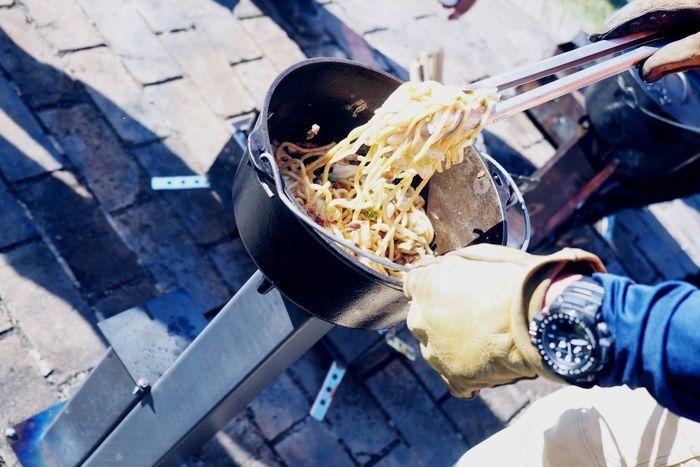 ダッチオーブンで焼きそばを作っている様子