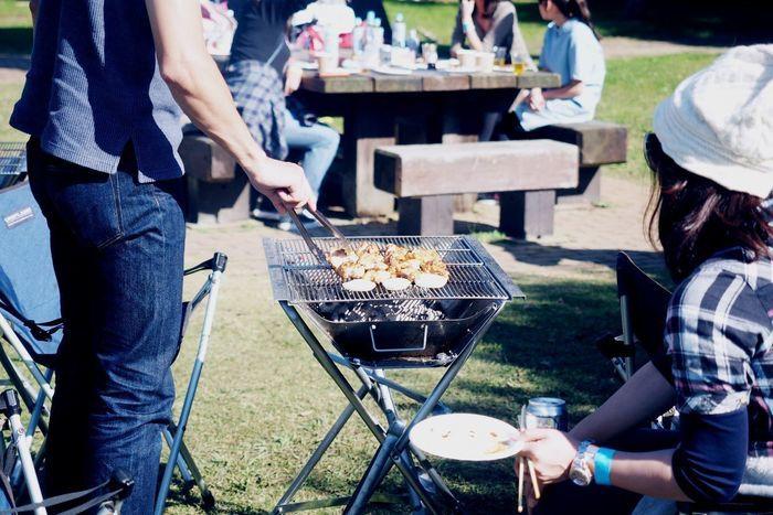 若洲公園キャンプ場でバーベキューを楽しむ人々