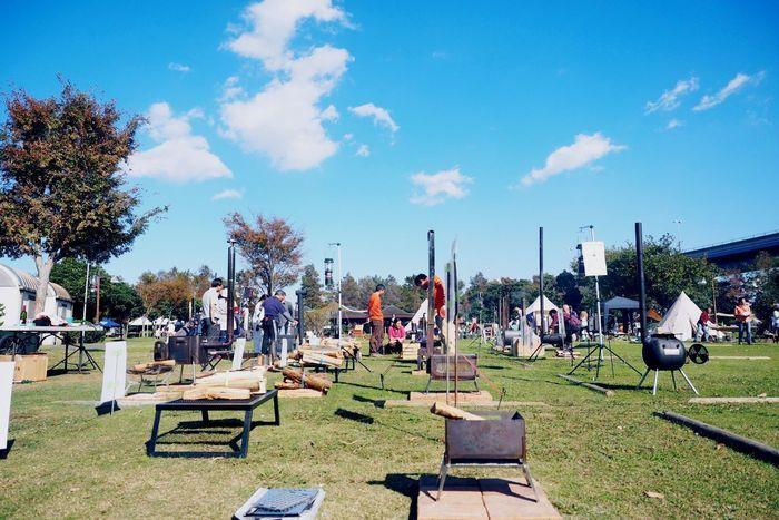 焚き火台が並んだ若洲公園キャンプ場