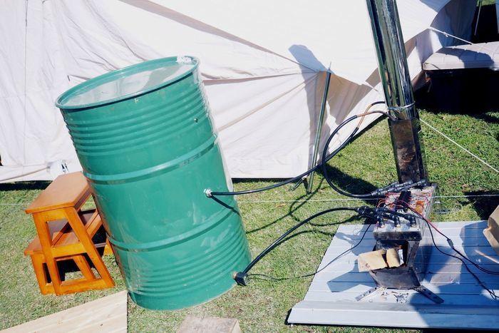 ロケットストーブで発電しドラム缶風呂を沸かしている様子