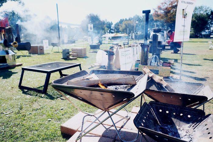 焚火クラブ@若洲キャンプ場に並べられた焚き火台