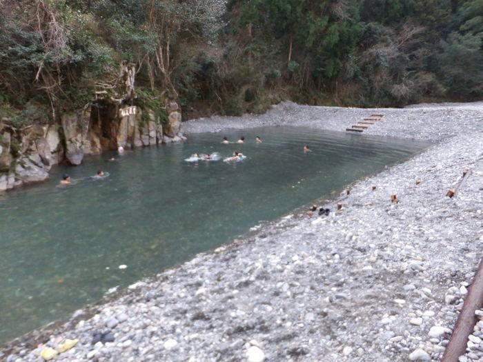 和歌山の川湯温泉仙人風呂に入る人々