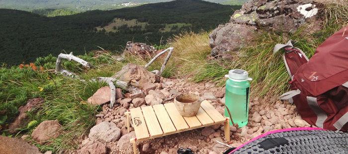 登山で使用されているシエルブルーのキャリーテーブル