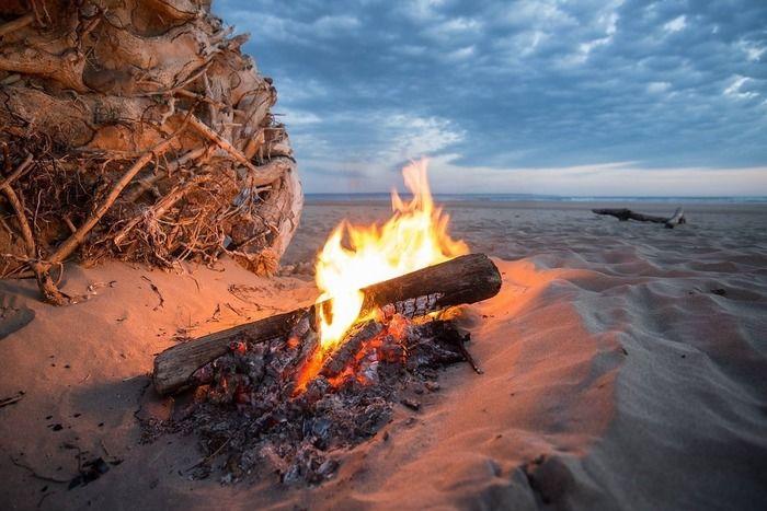 砂浜で燃える焚き火