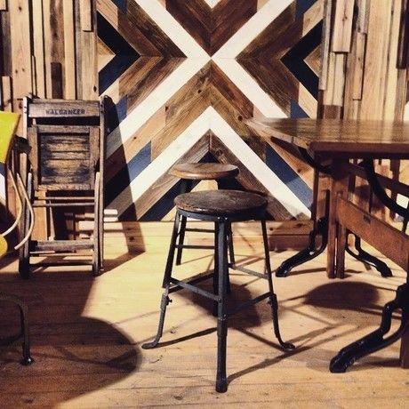【meeting encounter】の木工の椅子やタペストリー