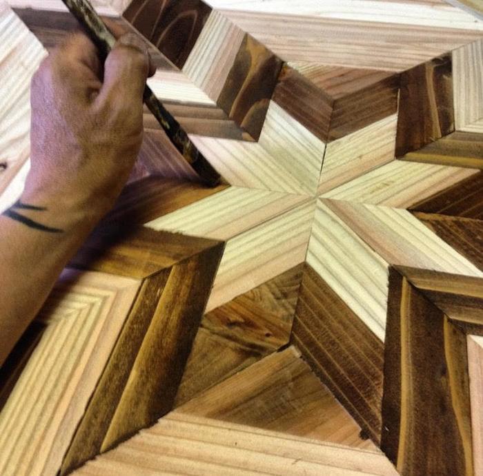 久下沼さんが木工製品を製作する様子